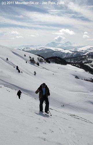 Jára a za ním Eliška, snowboardová dvojice je vidět dolů na pláních