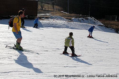 Ideálním lyžařským oblečením byly kraťasy a tričko skrátkým rukávem