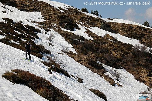 Malý lyžař nebo lyžařka ve freeridovém terénu Flumserbergu