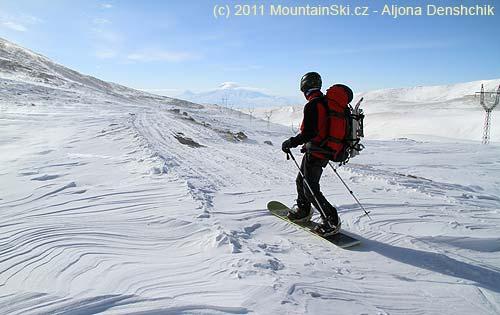 Mišo paličkuje na snowboardu dolů kopcem