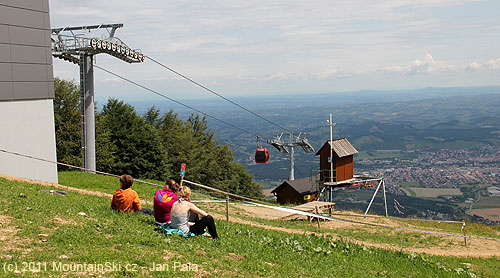 Začátek sjezdových tratí na horská kola je hned uhorní stanice lanovky