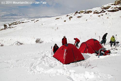 Sněhu bylo ve výšce asi 2300metrů celkem málo, ale valy proti větru se postavitdaly
