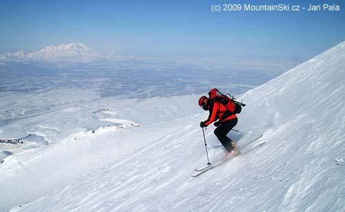 Matus skiing down from Avachinskaja, volcano Zhupanovskij in background