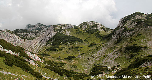 Výhled zpod Malé Ojstrici na hlavní přístupovou trasu na planinu Korošica