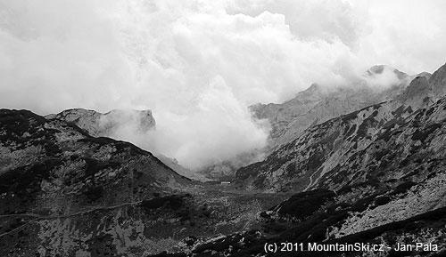 Bouřka se rychle blíží, chata na Korošici za chvíli zmizí vmlze