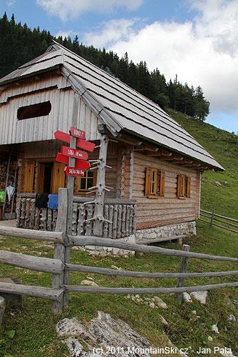 Rozcestníky a značení je tady výrazně lepší než den předem– chata na planině Arta ve výšce 1564m