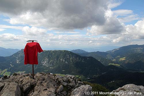 Na vrcholu Raduhy je vrcholová kniha na imitaci cepínu, tričko MountainSki.cz se tam jenomsuší