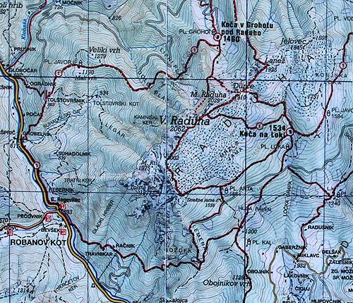 Mapa vyfocená na stěně chaty
