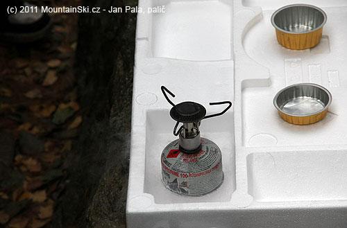 Ověření proč plynové vařiče nehoří vzimě – tady urychleno položením bomby do tekutéhodusíku