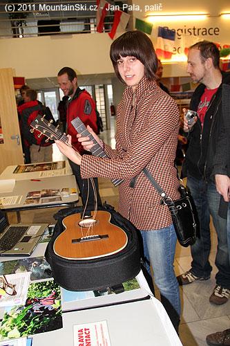 Skládací cestovní kytara je složena ze tří dílů