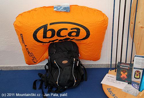 BCA lavinový nafukovací vak vcelé své kráse, vpravo krabice od velmi povedeného vyhledávače BCA Tracker2
