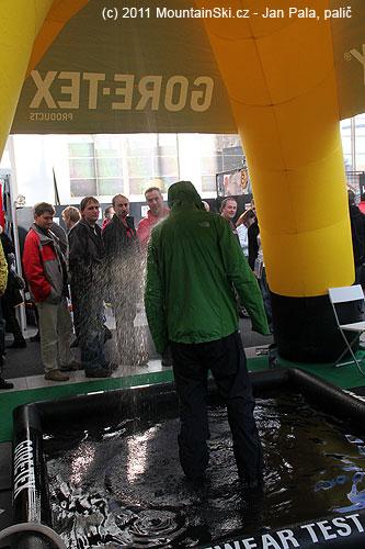 UHudy sportu měli tento bazének a sprchu– chodili se sprchovat lidi oděni a obuti do výrobku sGoreTexem