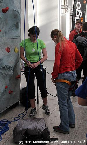 Zoban má ve své škole ClimbOn pěkné instruktorky lezení na umělých stěnách