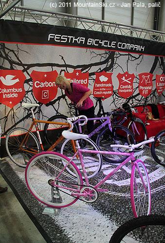 Tomu se nedalo odolat– růžové a fialové kolo na stánku výrobceFestka