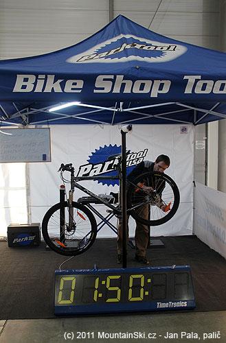 Na stánku Bike Shop Tool probíhala soutěž mechaniků