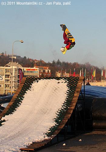 Snad každý snowboardista předvedl skok, kdy byl aspoň chvíli hlavoudolů