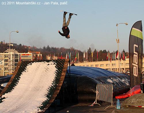 Další snowboardista hlavou dolů