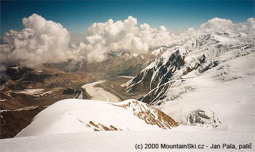 Výhled zPiku Razdělnaja na SV, esko dole je Leninův ledovec