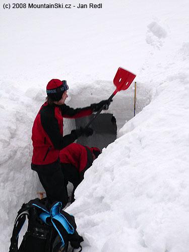 Bruder Libor vyhazuje sníh zvchodu záhrabu