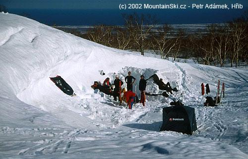 Stanování a záhrab kousek od Tichého oceánu na straně jedné, zdruhé strany je vulkán Kozelskij