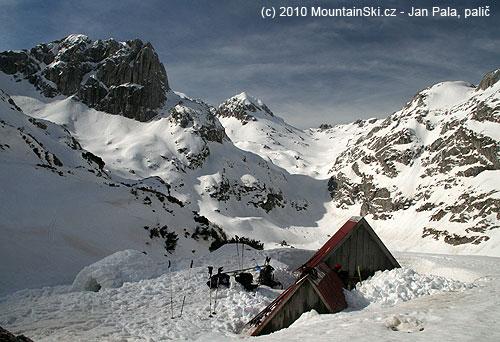 Údolí Lokvice vDurmitoru– vzadu uprostřed vrchol Bandijerina