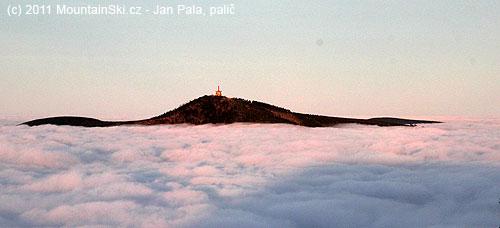Lysá Hora nad mraky, stín vpopředí je způsoben Smrkem