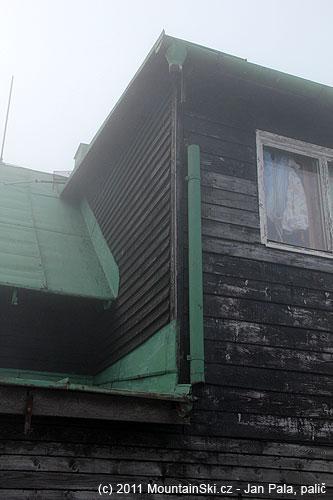 Neudržovanou chatu nad hranou severního svahu zřejmě čeká likvidace