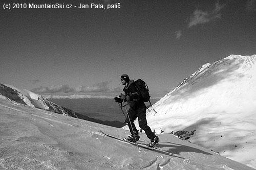 Obr. 141Výstup na splitboardu vbulharském pohoří Pirin, vpravo vrchol Malá Todorka– 2712m, březen2008
