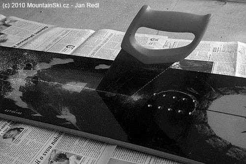 Obr. 144Výroba domácího splitboardu začíná podélným rozřezánímprkna