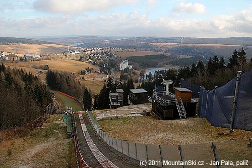 Výhled znájezdu na větším skokanském můstku směrem na Oberwiesenthal