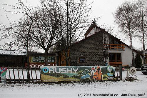 Administrativní budova na Podliesku a před ní velká reklama na českou firmuHusky