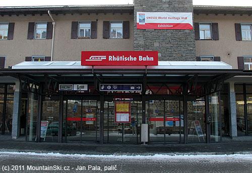 Nádraží vSt. Moritz svýstavou železnice patřící do dědictvíUNESCO