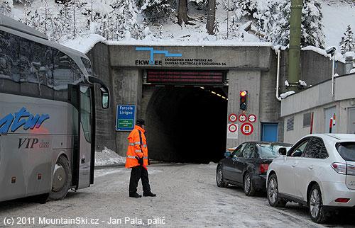 Vjezd do tunelu Munt La Schera těsně před otevřením