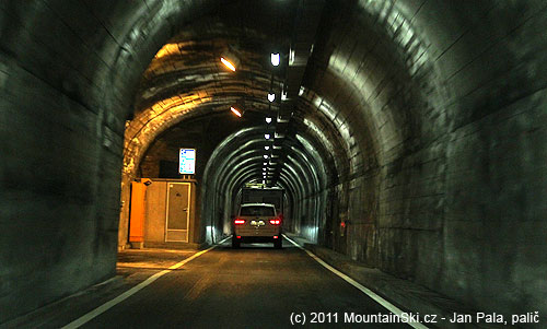 Cestou ze Švýcarska do Itálie tunelem Munt La Schera