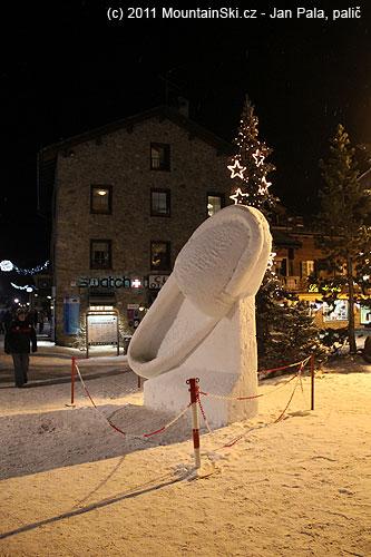 Sněhová bota na hlavní ulici vLivignu