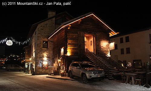 Výborná kombinace dřevěné a kamenné architektury– pohostinské zařízení