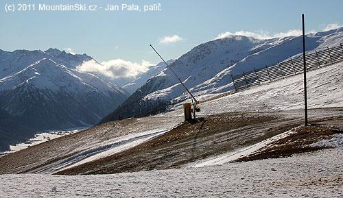 Kolem horní stanice lanovky Costaccia ve výšce 2328m sníh nějakchyběl