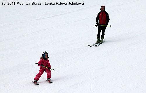 Paralelní postavení lyží, postoj doposud příliš široký vzhledem kmalému náklonu do oblouku