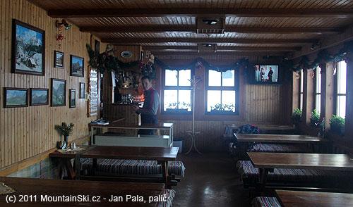 Interiér Chaty na Grúni, kde prašanový guru Matúš ohřál lepidlo na stoupacímpásu