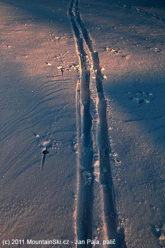Jeden skialpinista už tady byl předemnou, podle šířky lyží spíšeběžkař