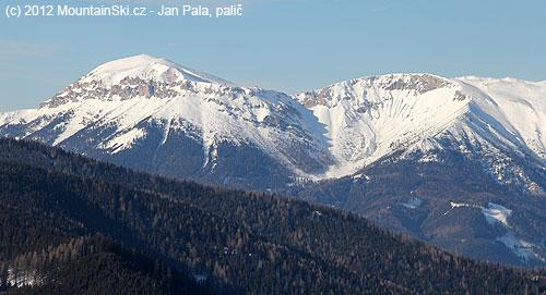Vlevo nejvyšší vrchol Raxalpe– Heukuppe, vsedle napravo chata Karl-Ludwig-Haus