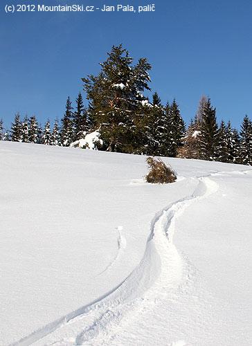Moje prašanová stopa vedle lyžařského střediska Přelač