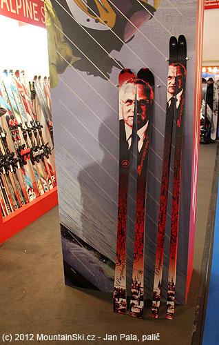 Na stánku Sportenu byly kvidění lyže sportrétem Václava Klause, zato skialpové lyže nemělivůbec