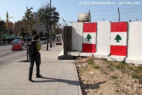 Saktivovaným lavinovým batohem Snowpulse podél základny libanonskéarmády