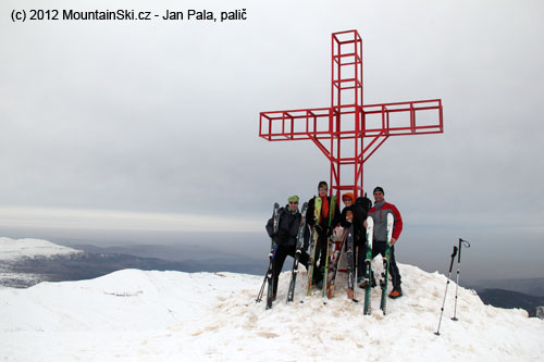 Slibanonským kolegou, co se drží mých lyží Movement Iki, na vrcholu Sannine