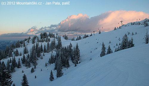 Západ slunce nad lyžařským střediskem Jahorina