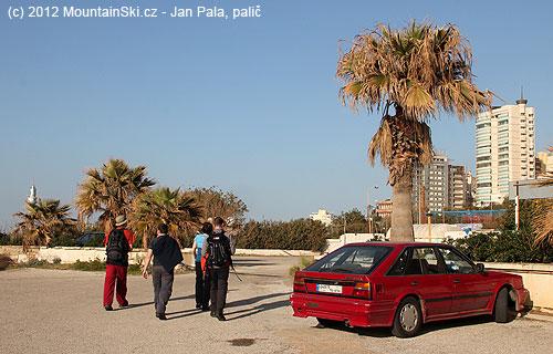 Slavinovými batohy pod palmami na pobřeží Středozemníhomoře