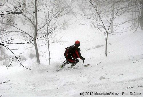 Se Snowpulse Lifebag Guide 30dolů kopcem zdruhého nejvyššího beskydského vrcholu– 1276m vysokéhoSmrku