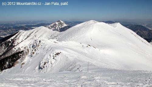 Výjimečné bezlidnatý hřeben Malé Fatry, mezi zasněženými kopci vystupuje Velký Rozsutec