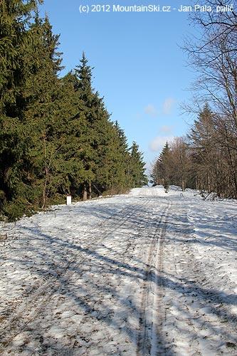 Běžkařská dálnice hřebenem Javorníků smalým vylepšením pomocí jehličí